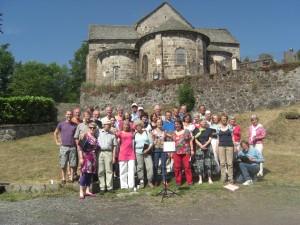 1397 - Groepsfoto II voor de kerk van Dienne